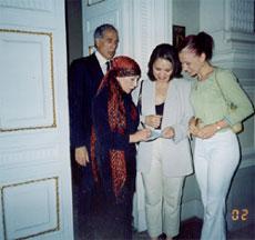 Раиса Стал-оол берёт автограф у знаменитой балерины Натальи Макаровой. Мариинский театр, Санкт-Петербург, 2002 год.