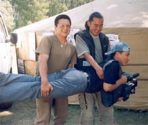 Андрей Чымба: ловлю кадр в любом положении! На фестивале «Устуу-Хурээ» в Чадане, возле юрты газеты «Центр Азии». Июль 2003 года.