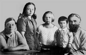 Эккендей с женой Анной Михайловной и дочерьми Марусей, Галей и Леночкой.