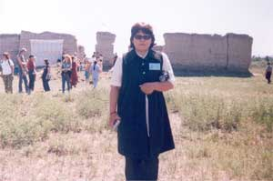 Марина Чанзан у развалин Верхнечаданского храма «Устуу-Хурээ». Июль 2003 года.
