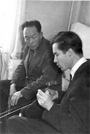Александр Лаптан и Пётр Самороков проверяют звучание тувинских музыкальных инструментов. 1966 год.