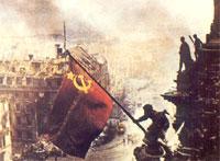 Флаг победы над зданием рейхстага.39 апреля 1945 года. Фото Е.Халдея