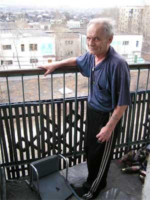Михаил Шупляков на балконе своей квартиры.