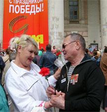 Поцелуй для Валентина Тока: «Спасибо Вам!» 9 мая в Москве у Большого театра каждый ветеран в центре внимания: горожане целуют, обнимают их, дарят цветы.