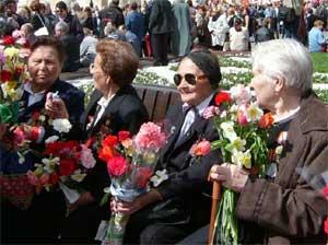 У Большого театра 9 мая 2004 года. На традиционной встрече ветеранов всё больше женщин...