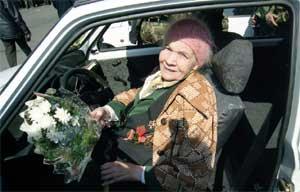 Мария Фёдоровна Горелова в своей новенькой «Оке».