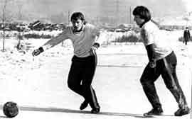 С коллегой Георгием Токаревым (слева) на спортплощадке у общежития врачей-интернов.