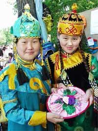 Эти мастерицы – из Кызыльской гимназии № 9. Шестиклассница Саяна Ховалыг (справа) и восьмиклассница Ай-Кыс Ондар под руководством Аи Кара-ооловны Лопсан делают такие красивые панно.
