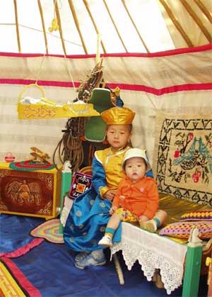 А в юрте, привезённой из Барун-Хемчикского кожууна – маленькие гости. Им тоже нравится уют и порядок.