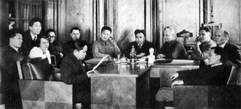 Слева направо в первом ряду: С.С. Лопсан, А.Ф. Бобкова, Б.Д. Ховенмей (читает), О.К. Саган-оол; во втором ряду – С.А. Сарыг-оол,