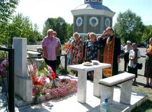 У могилы директора музея Владимира Ковалёва, на надгробии которой надпись – «Почётный гражданин города» и строчка из стихов Ковалёва: «Вот и всё. И багульник отцвёл...»
