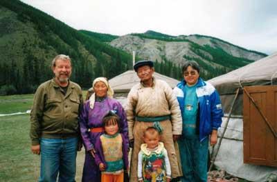 Поездка в с. Качык Эрзинского кожууна. Крайняя справа – коллега из ТГУ Мира Бавуу-Сюрюн. 2000 год.