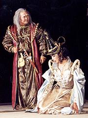 Сцена из спектакля. В роли короля Лира Александр Салчак, в роли Корделии Анай-Хаак Донгак.