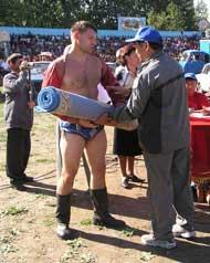 Опытный борец Евгений Шайфутдинов получает подарок от своих поклонников из Чаа-Холя.