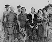 Фото на память с односельчанами. Крайняя справа - Ирисинмаа Норбуевна с младшим сыном на руках. 1953 год.