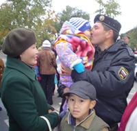 В минуты расставания. Милиционер-взрывотехник ОМОН МВД РТ Айдан Лопсан с женой и детьми. Фото автора.