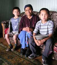 Ирисинмаа Норбуевна с внуком Огоньком (справа) и правнуком Самба (слева)