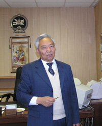 Чойжинжавын Сумаахуу в новом рабочем кабинете. 19 октября 2004 года.