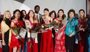 Дангына Москвы 2004 года Эльмира Абельдинова (в короне) в окружении участниц конкурса и членов жюри.