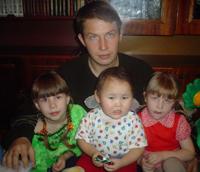 Альберт Осипов с детьми. Теперь у него - Яна, Мила и Алимаа.