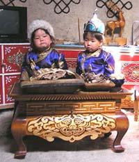 «Мы тоже соблюдаем обычаи». Маленькие хозяева праздничной юрты. Тос-Булак, 10 сентября 2004 года.