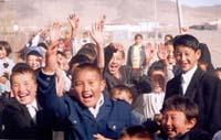 Монгольские ребятишки встречают экспедицию дружбы. Улангом. 2003 год.