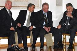 Шериг-оол Ооржак (второй слева) в компании своих коллег. Теперь старым губернаторам осталось на деле проверить, доверяет ли им президент. Москва. Один из коридоров власти.
