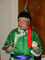 Московский тувинец, поэт и камнерез Комбу Бижек ведёт мастер-класс резьбы по камню. Москва.