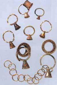 Серьги из основного захоронения и сопроводительных могил. Диаметр колец – от 1,8 см до 3 см.