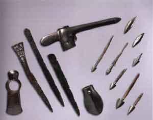 Бронзовое оружие из мужских сопроводительных могил. Чекан – длина 18 см; ножи – 14,7; 15,7; 18,6; молоток-тесло – длина 9,3 см; наконечники стрел длиной от 3,8 до 9 см.