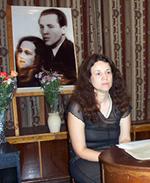 Со светлой грустью – о легенде. Елизавета Емельянова на фоне портрета своих родителей.