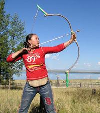 Онорчимег демонстрирует искусство стрельбы из лука участникам I съезда этнических тувинцев. Август 2004 года, окрестности озера Чагытай.