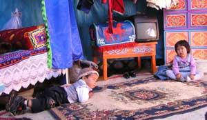 Маленькие гости в юрте дусдагцев Ираиды и Анатолия Донгак.