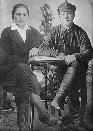 Супруги Мамонтовы, первыми вступившие в колхоз «14 лет Октября» (в 1930 году). Они были постоянными участниками стахановского движения.