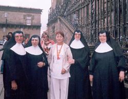 Долаана Куулар с монахинями у католического собора  Сантьяго дэ Компостелла (Испания).