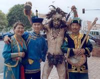 Артисты ансамбля «Саяны» с участником фестиваля с острова Пасхи.
