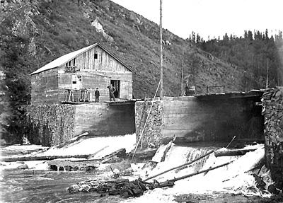 Колхозная гидростанция. Перед пуском своей ГЭС надо перекусить. Дорофей Зайцев – третий слева. Колхоз «Победа», Каа-Хемский район. Начало шестидесятых годов ХХ века.