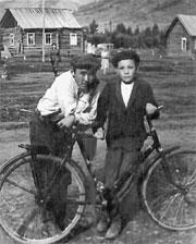 Первый велосипед в посёлке Тарлаг и его обладатель - Саглай Даспан(слева) 1846 год