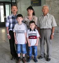 Владимир Хертек и его семья: жена Рамзия, отец Седен Кудурукпаевич, сыновья Дима и Саша, г. Кызыл, 2004 год.