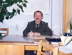 Владимир Хертек на рабочем месте. Всё просто: спутник – на орбите, офицер – на земле. 2000 год.