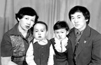 Семья Ооржак. Слева направо: мама – Хурен Бораевна, Болат, Орлана, папа – Серегей Ынаажикович, г. Кызыл, 80-е годы.