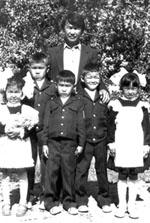 «Первый раз в первый класс». Александр Папын (в центре) с отцом и одноклассниками. 1 сентября 1987 года.