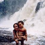 Лена с дочкой у водопада Итикира. Это самый высокий свободнопадающий водопад в Бразилии. Его высота – 182 метра.