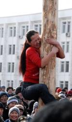 Масленичный столб штурмуют и девушки