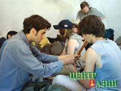 Французский студент Лоран Пако учит тувинского студента Алексея Оюна играть на флейте.