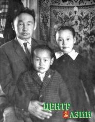 Первокласснице Киме – шесть лет. С отцом Чозаром Бадановичем Иргитом и братом Юрой. 1966 год.
