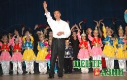 Вячеслав Донгак с эдегейчиками во время юбилейного концерта на сцене Тувинского музыкально-драматического театра. 2005 год.