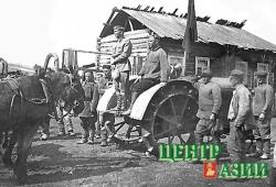 Первый трактор в Сарыг-Сепе. На тракторе стоит председатель колхоза Дорофей Зайцев. 1939 год.