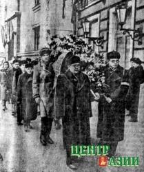 Делегация Тувинской автономной области направляется к Дому Советов для прощания с Иосифом Сталиным.Впереди – Салчак Тока, за ним – Петр Астафьев. 1953 год.