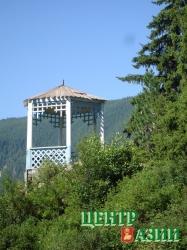 Романтическая беседка «Поцелуйчики», возвышающаяся над территорией курорта «Уш-Бельдир», стала его неофициальным символом